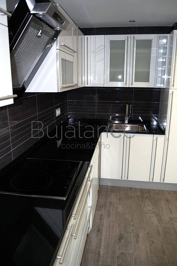 Cocina mueble blanco, con granito negro intenso