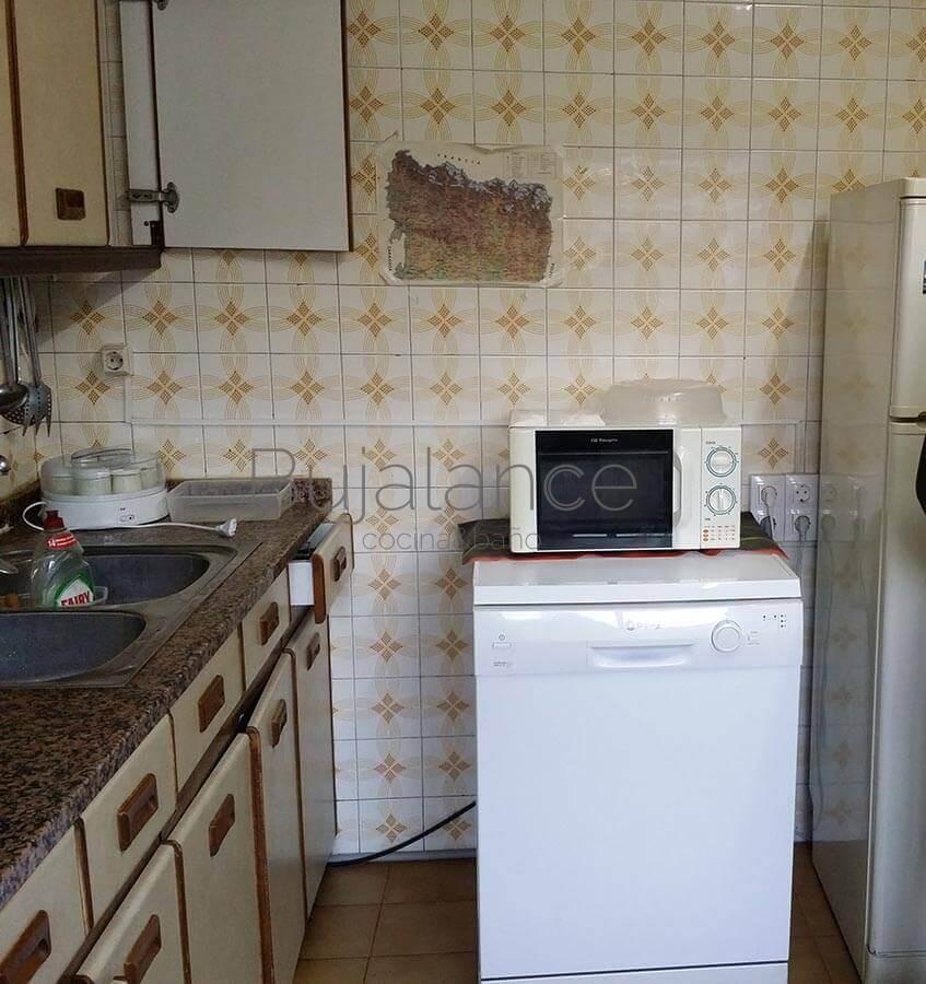 Zona lateral de cocina en Graus antes de reformar
