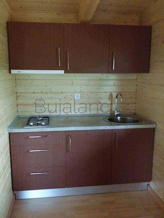 Frontal de cocina en puerta de madera con encimera de cocina para un bungalow