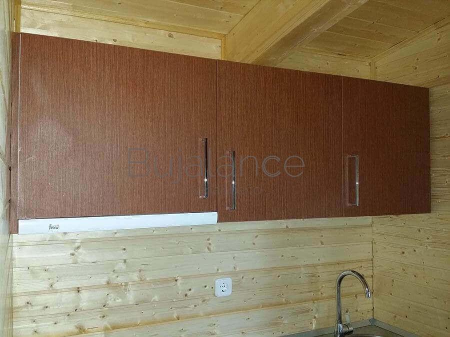 Muebles altos de cocina en color madera para un bungalow