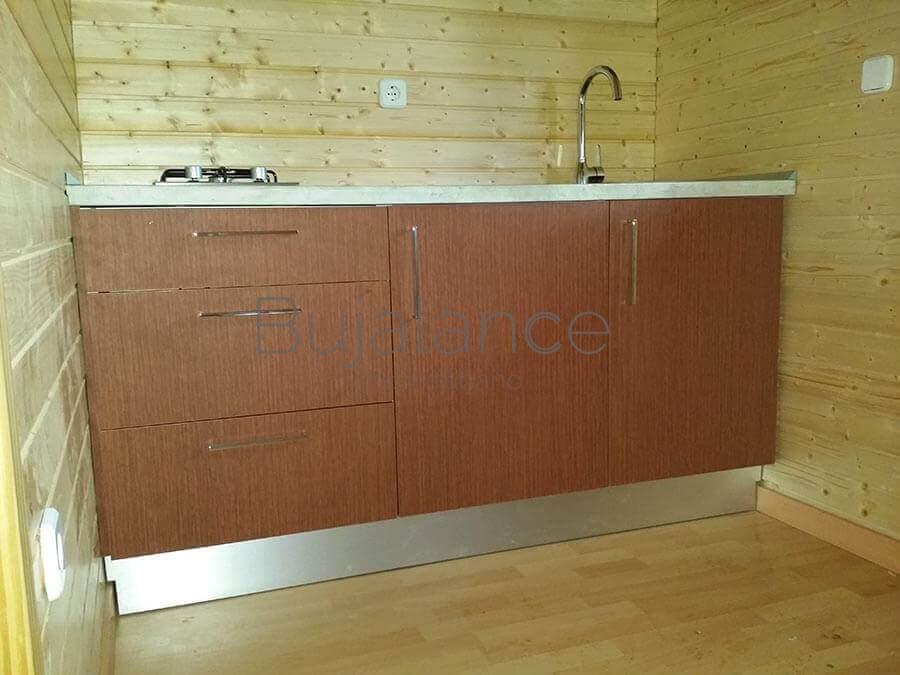 Muebles bajos en color madera para un bungalow