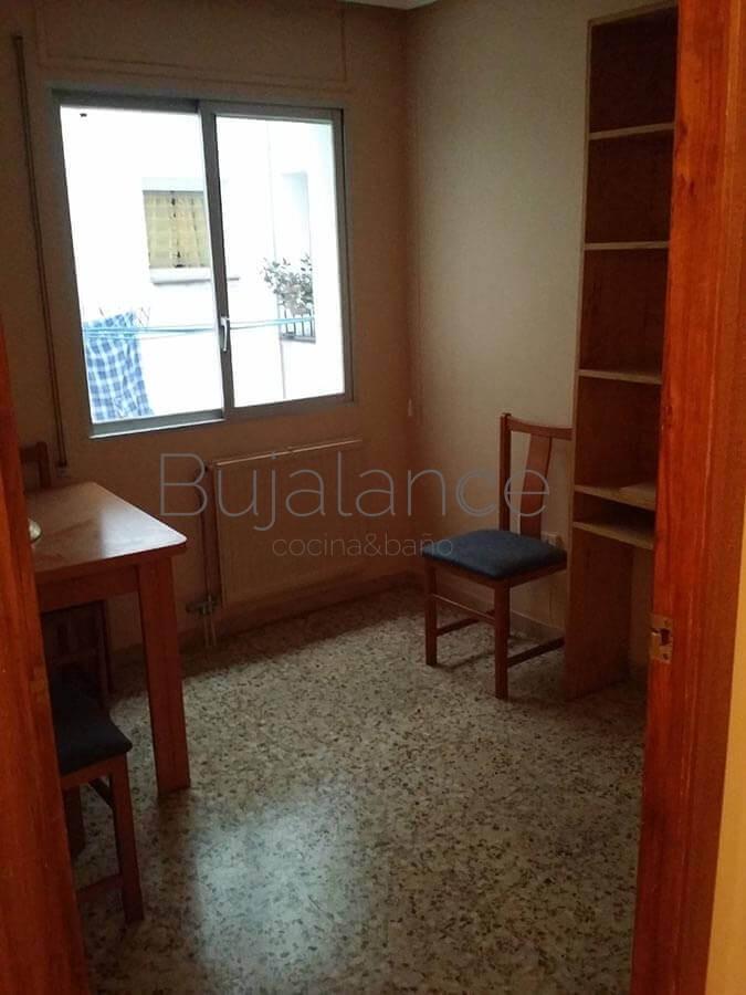 Sala de estar antes de la reforma que se se añade a la cocina para hacer una estancia más grande.