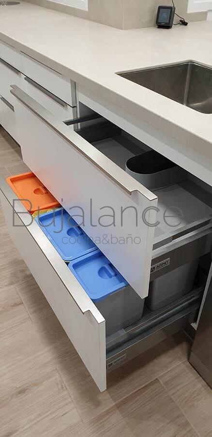 Mueble fregadero dos cajones, opción de poner cubos para el reciclaje como en la foto.