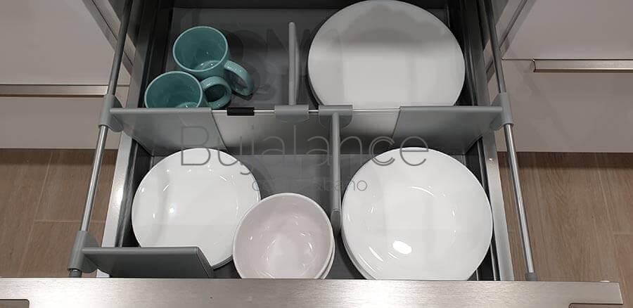 Mueble de dos cajones con accesorio separador de platos.