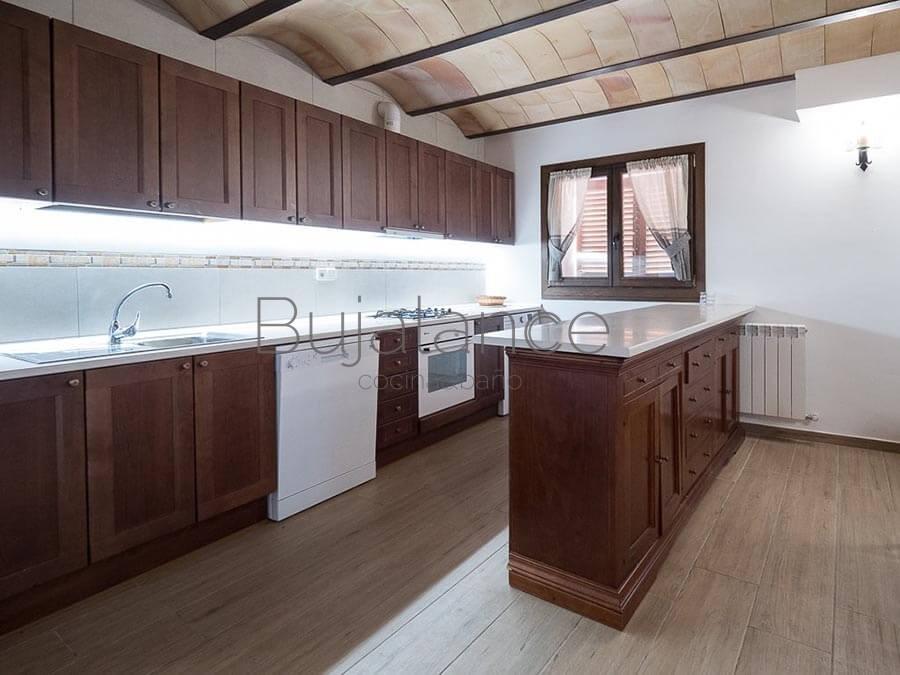 Cocina rústica con muebles en madera en color nogal.