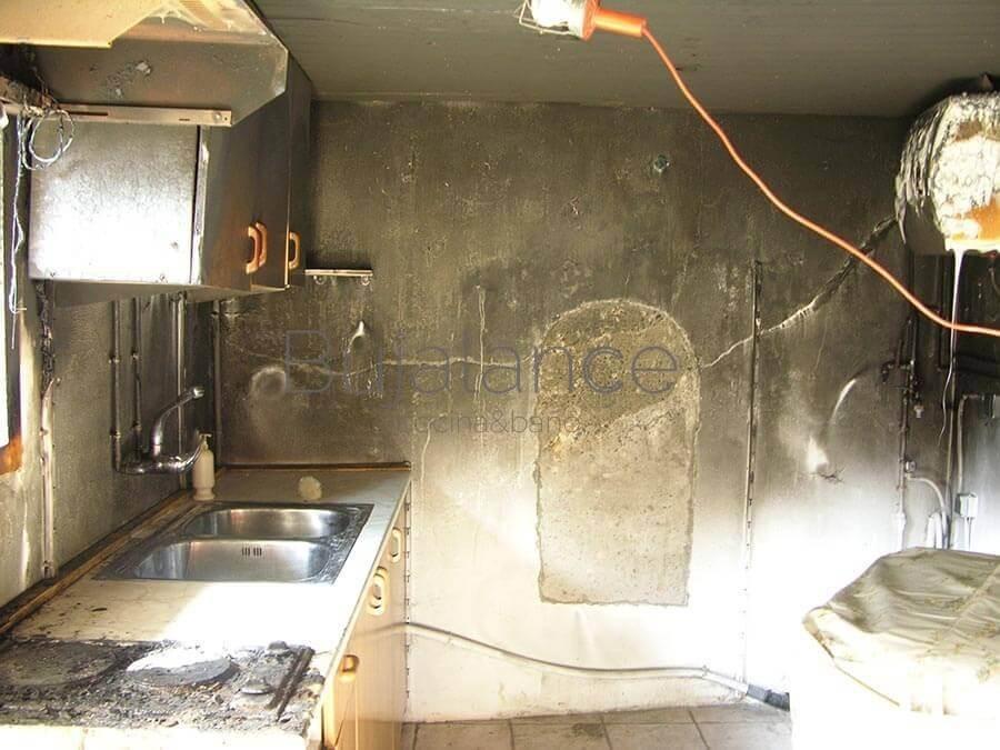 Vista lateral de cocina quemada