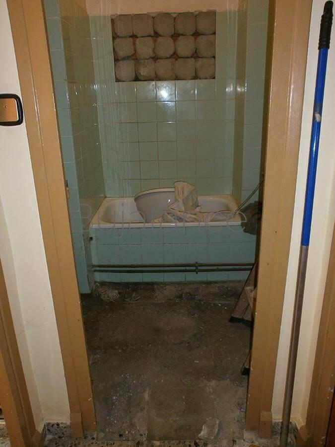Baño en barrio Manzanares de Graus antes de la reforma