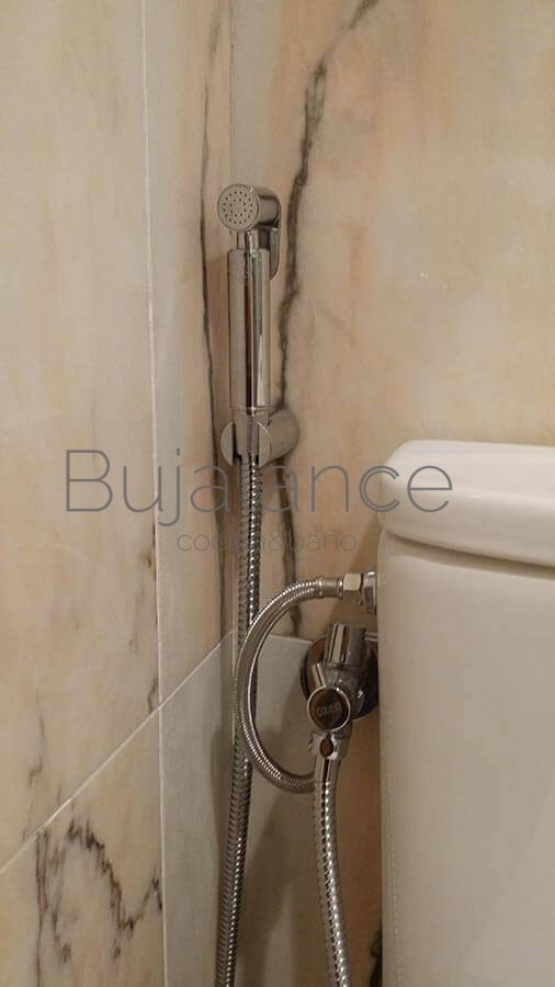 Como el baño es pequeño se le pone en la llave del sanitario un grifo con función bidé