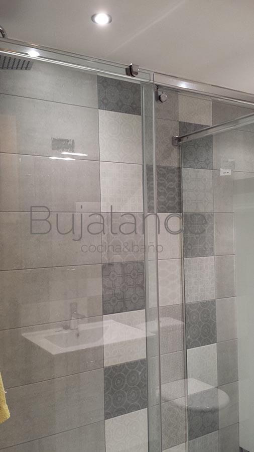 Decoración en la ducha con baldosas en un baño en Benasque después de la reforma