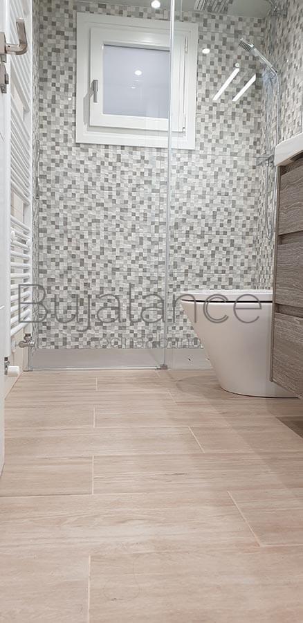 Detalle de entrada a la ducha con mampara de perfil bajo