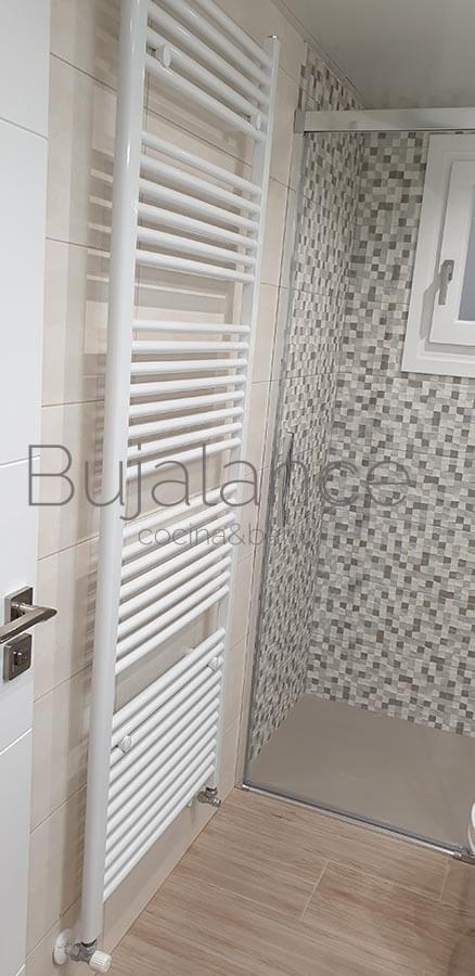 Detalle de radiador toallero color blanco