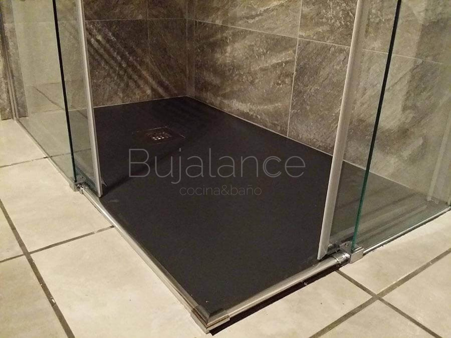 Detalle del acceso al plato de ducha