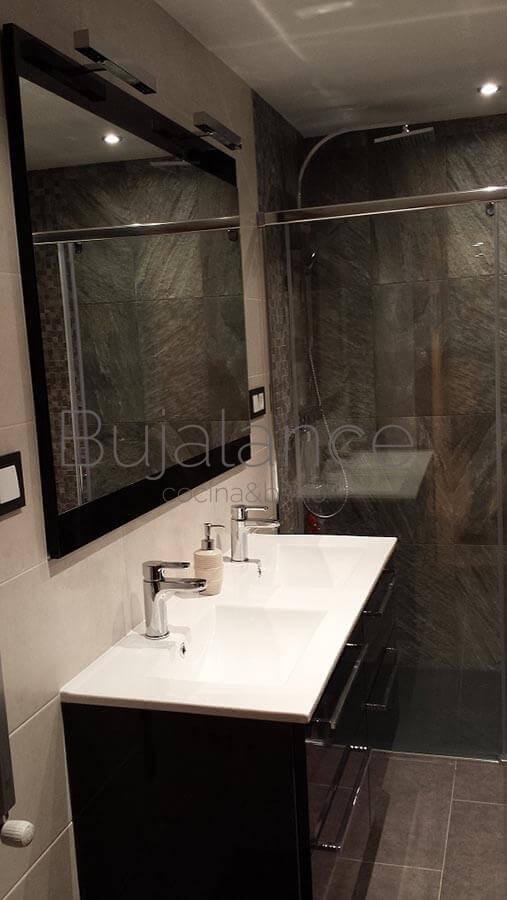 El espejo es de gran formato a juego con el mueble