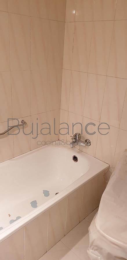 Frontal de bañera antes de su sustitución en un piso en Graus
