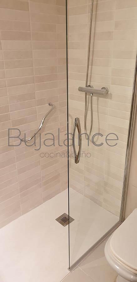 Frontal de ducha después de la reforma con mampara desplazable
