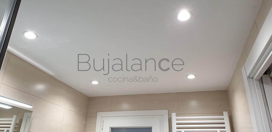 Iluminación led en techo de baño moderno de Benasque