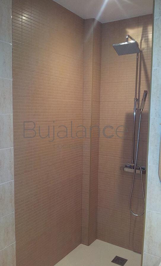 La ducha es termostática cuadrada