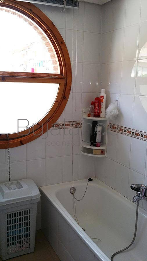 La ventana de mete en la zona de la bañera