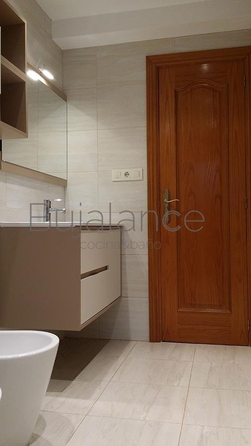 Las baldosas de la pared, ducha y suelo son de la misma colección