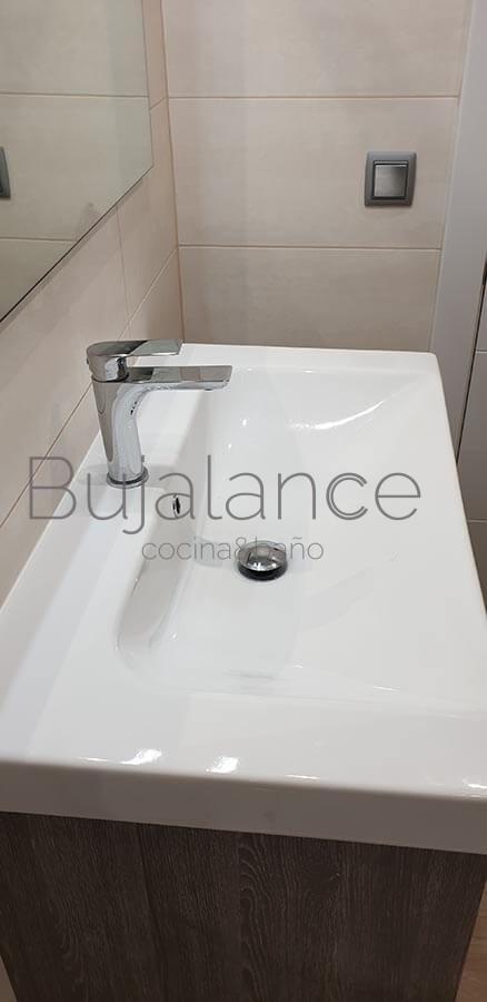 Lavabo de diseño fabricado en porcelana, es de 80cm y más grande que los lavabos convencionales