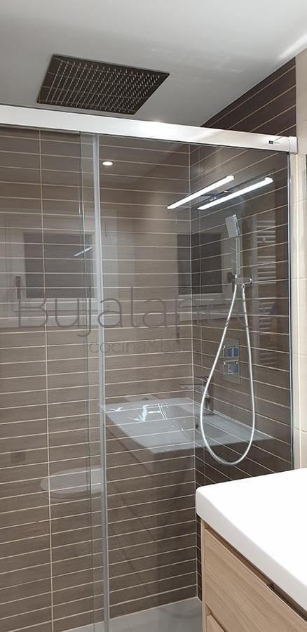 Mampara de baño corredera cromada en baño moderno de Benasque