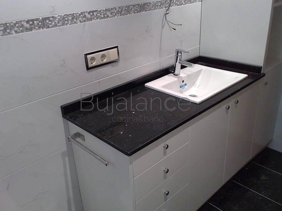 Mueble de baño a medida con granito negro