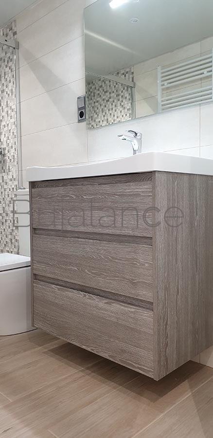 Mueble de tres cajones suspendido en reforma de baño en Graus