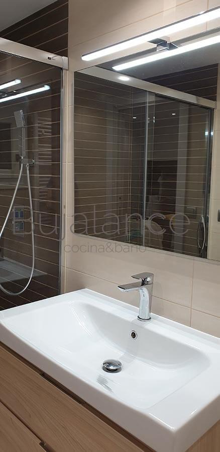 Mueble suspendido de tres cajones Hettich en color roble claro con lavabo de diseño de porcelana