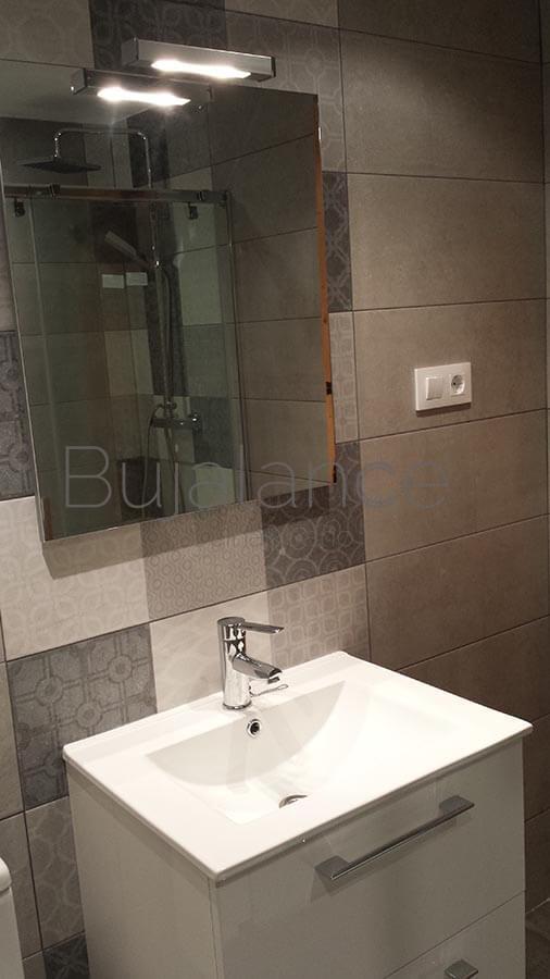 Pared de lavabo en un baño en Benasque después de la reforma