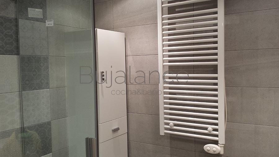 Pared frontal de un baño en Benasque después de la reforma