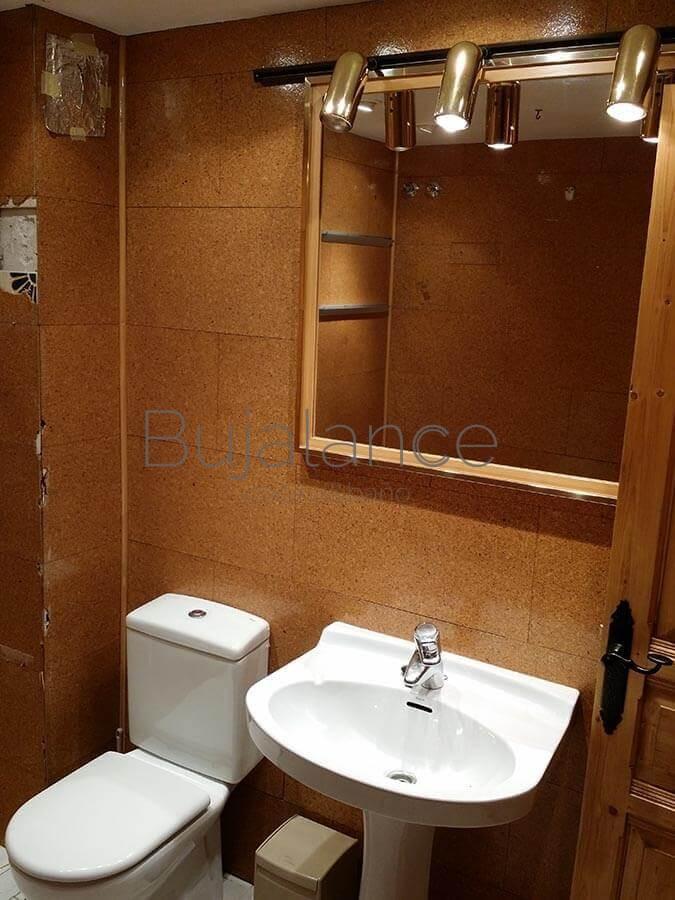 Pared lavabo en un baño en Benasque antes de la reforma