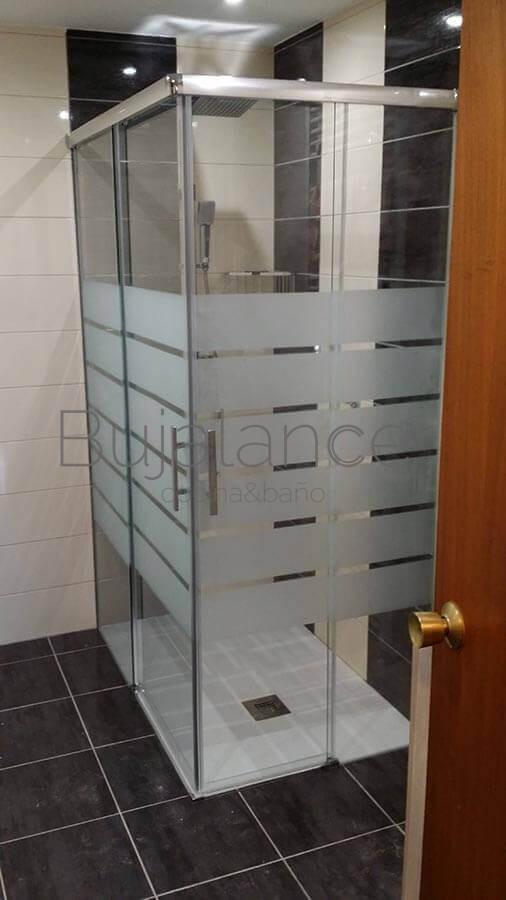 Plato de ducha con mampara angular en la zona donde estaba la bañera