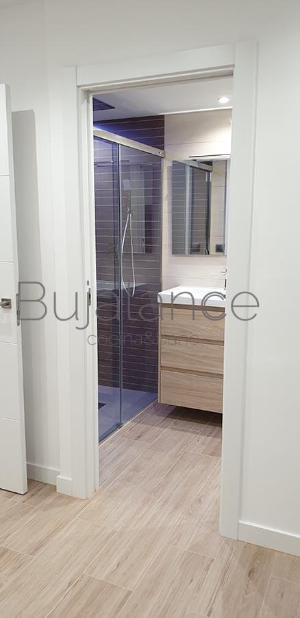 Puerta corredera lacada en blanco para baño moderno en Benasque