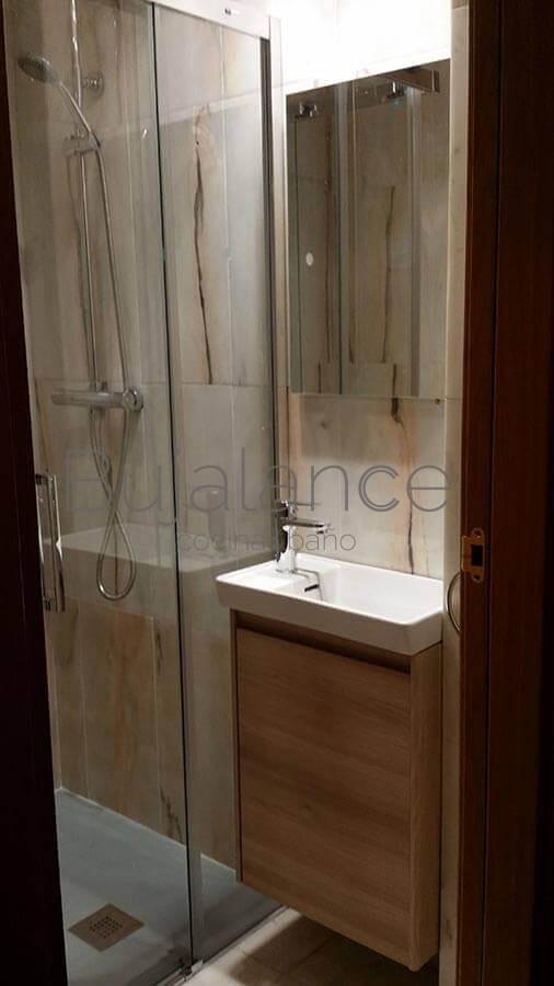 Se sustituye el lavabo con pedestal por un mueble de fondo reducido