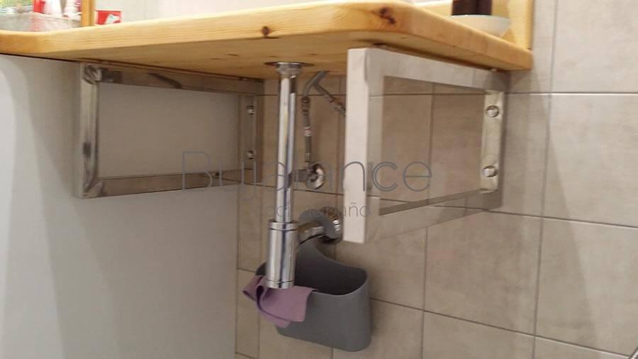 Soportes cromados con encimera de madera lacada por el cliente