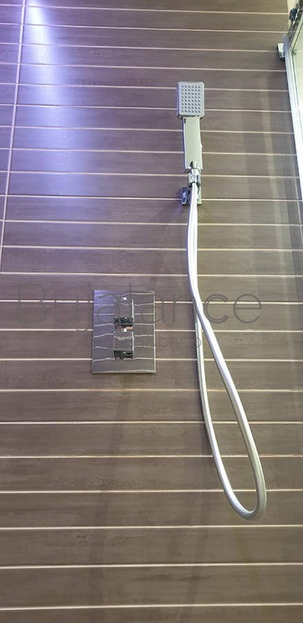 Termostática empotrable en baño moderno en Benasque