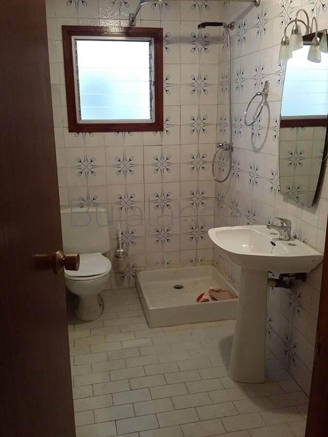 Vista general de antes de la reforma de un baño en Graus