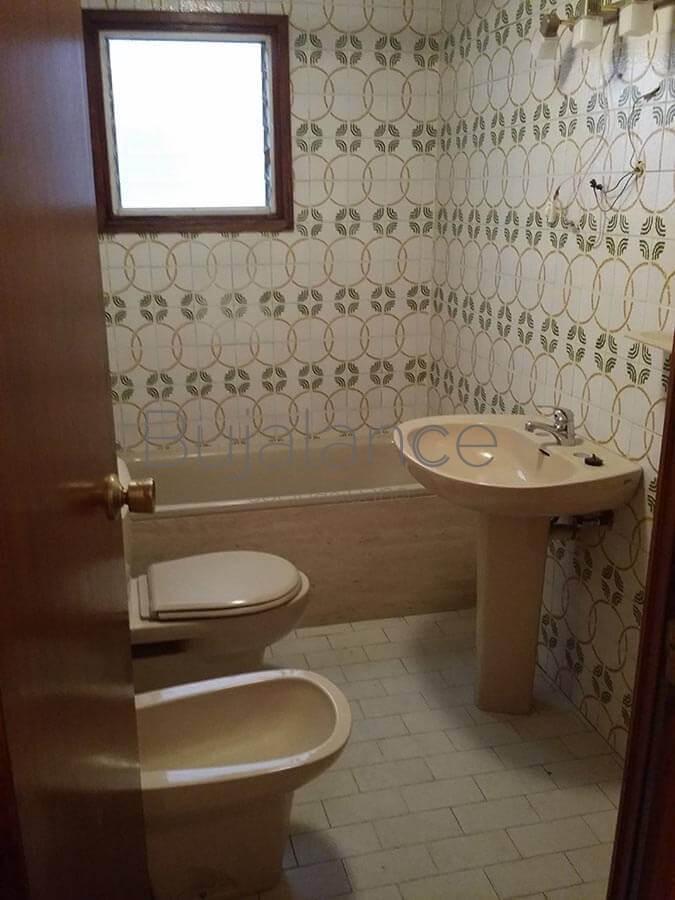 Vista general de reforma de baño moderno en Benasque antes de su reforma