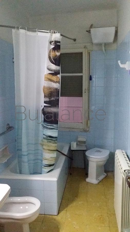 Vista general de un baño antiguo en Graus antes de su reforma
