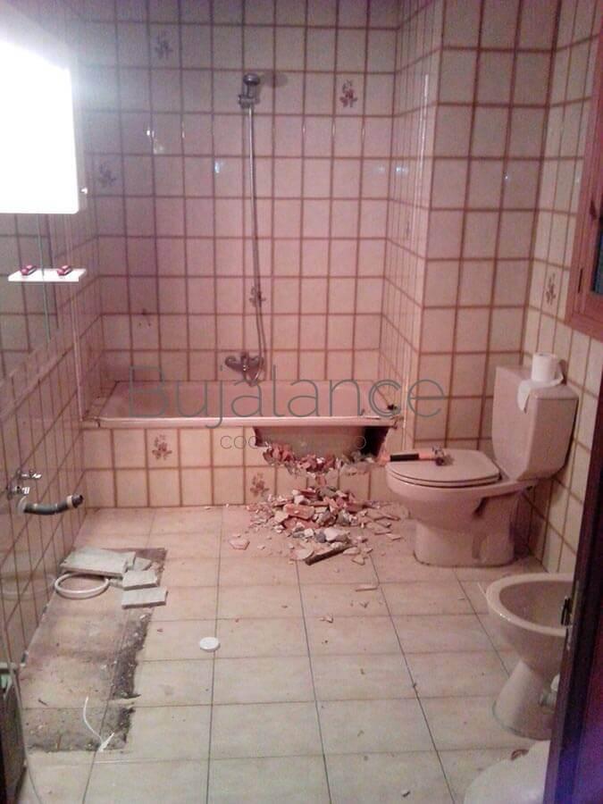 Vista general de un baño en Graus antes de la reforma