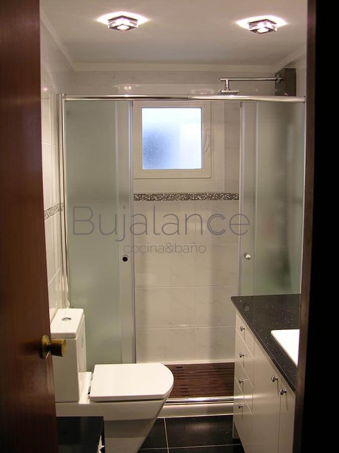 Vista general de una reforma de baño completa en Graus