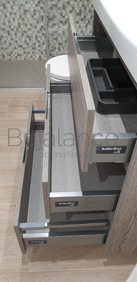 Vista lateral de los cajones de mueble suspendido en reforma de baño en Graus