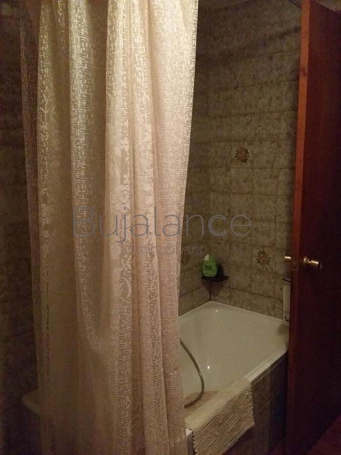 Zona de bañera en un piso en Graus antes de la reforma