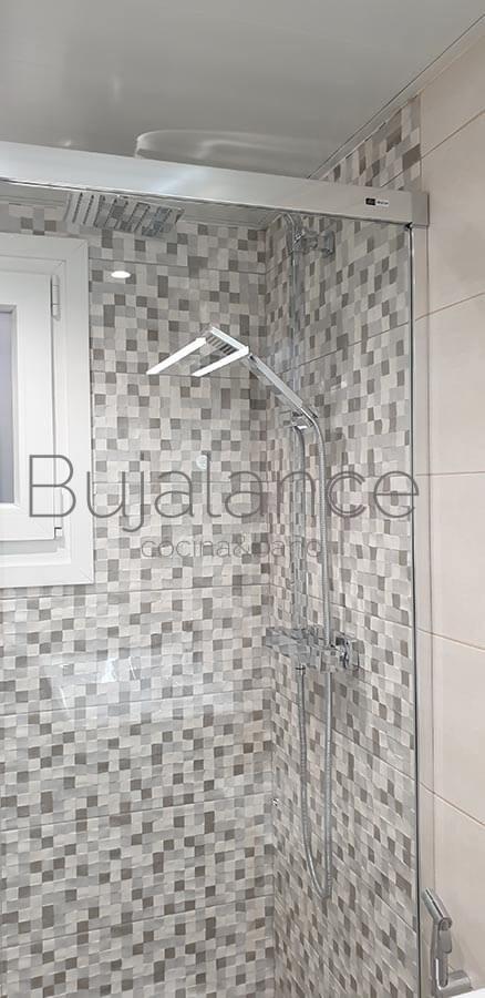 Zona de ducha baldosas porcelánica efecto damero