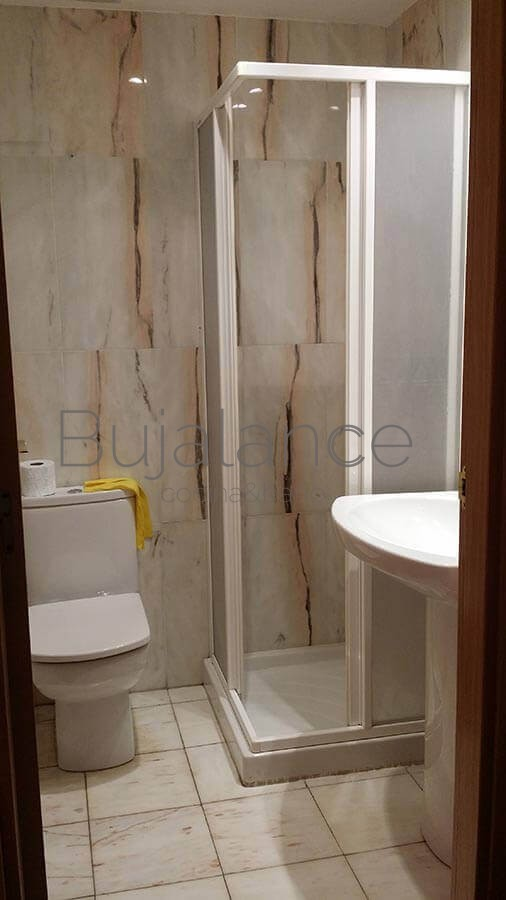 Zona de ducha en un baño en Graus antes de su reforma