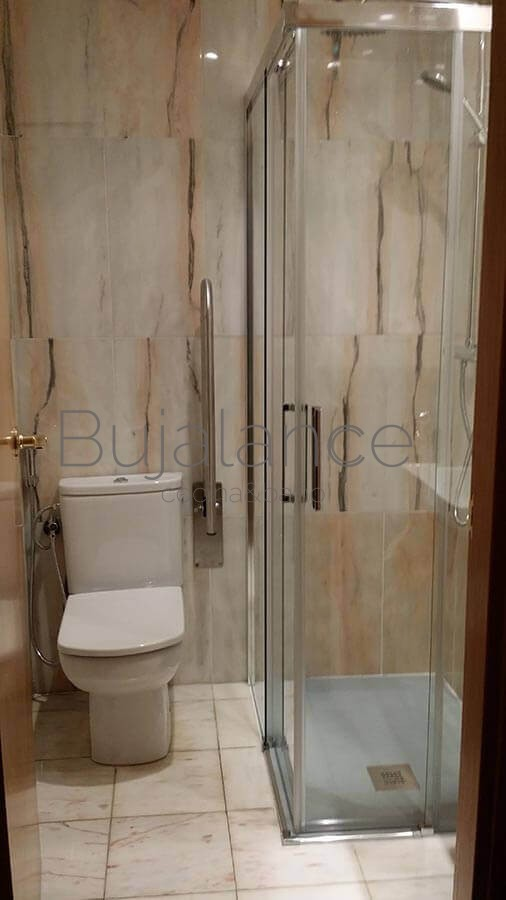 Zona de ducha en un baño en Graus después de su reforma