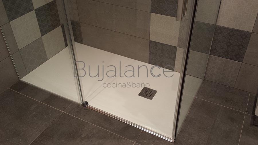 Zona de la bañera convertida en ducha en un baño en Benasque después de la reforma