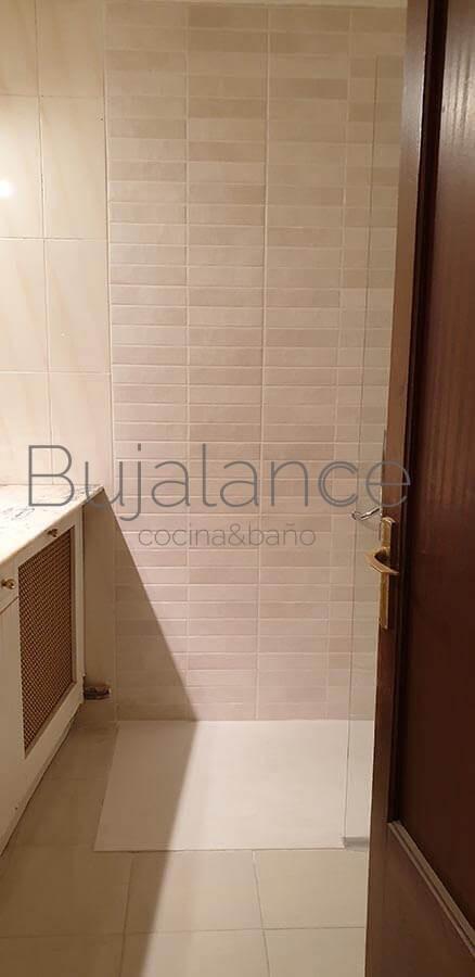 Zona de la bañera después de la reforma para personas con movilidad reducida en Graus