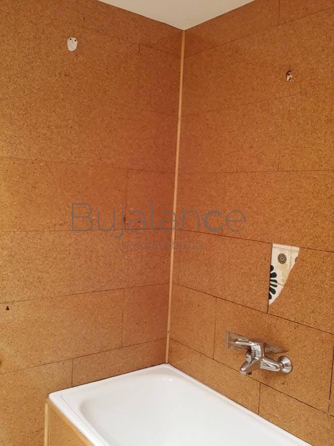 Zona de la bañera en un baño en Benasque antes de la reforma