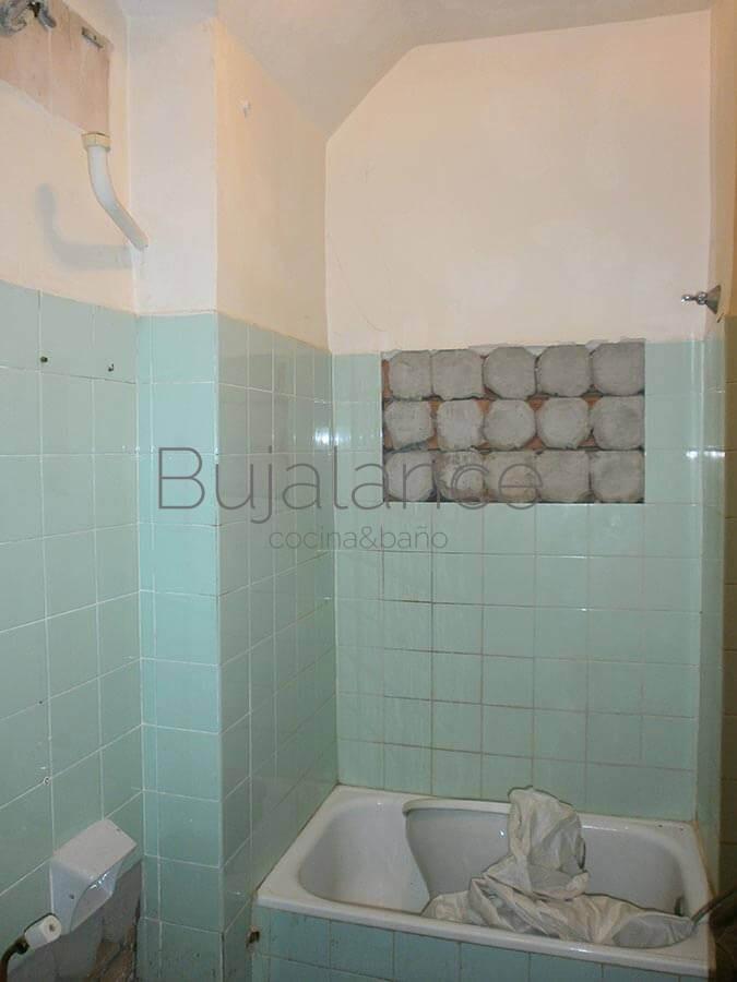 Zona de la ducha en baño del barrio de Manzanares de Graus antes de la reforma